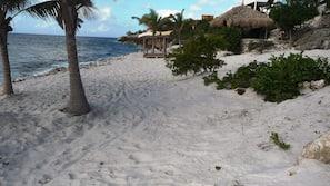 Aan het strand, ligstoelen aan het strand, strandlakens