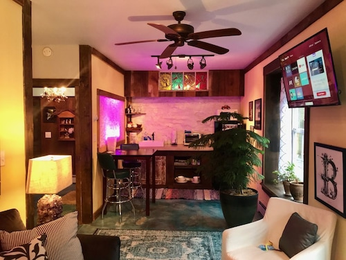 Art Studio: 1 Bedroom/1 Bath in Historical Carriage House