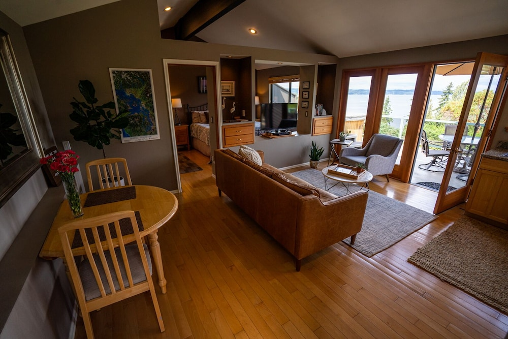 Living Room, Private Cottage and Hot Tub, Spectacular Sunset & Mtn Views