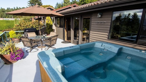 Private Cottage, Hot Tub, Spectacular Sunset and Mtn Views! 8 min to Airport