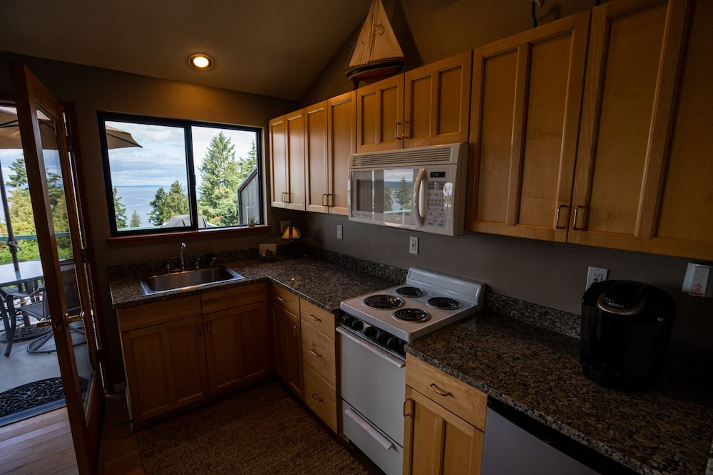 Private Kitchen, Private Cottage and Hot Tub, Spectacular Sunset & Mtn Views