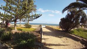 In Strandnähe, Liegestühle, Strandtücher