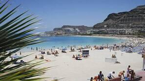Nær stranden og strandhåndklær