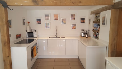 Self Catering. Contemporary Oak Framed. 2 Large Ensuite Beds.chiddingfold/haslem