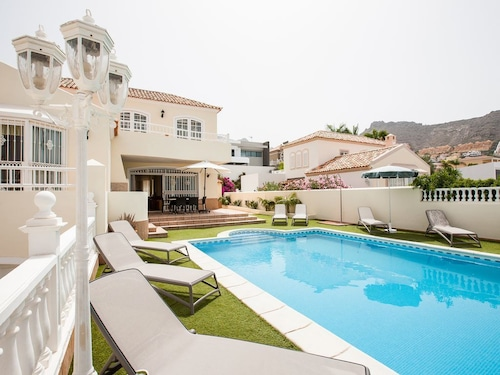 Stunninng 4 Bed, 3 Bath Villa With Sea Views and Heated Swimming Pool