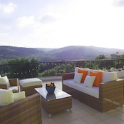 Luxury 3 Bedroomed Apartment, Wifi, Sky, Beautiful Views And Communal Pool