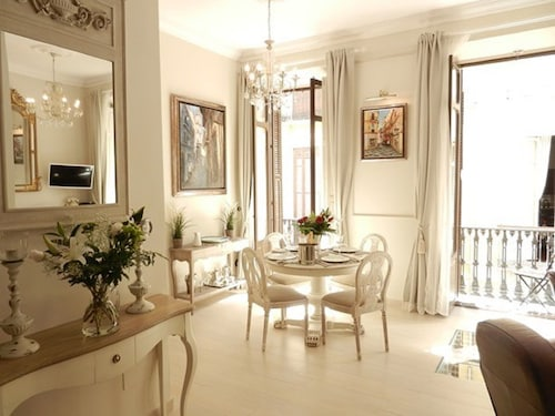 Beautiful Luxury 1 Bedroom Apartment in the Hart of the City Center