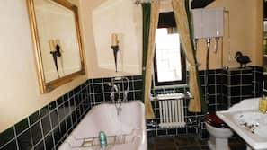Separate bathtub and shower, deep-soaking bathtub, free toiletries