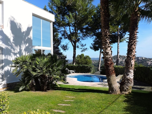 Lovely Villa Near to Barcelona & Beach 15-20 Min; With Private Pool + Wifi
