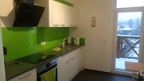 Kühlschrank, Ofen, Herd, Wasserkocher mit Kaffee-/Teezubehör