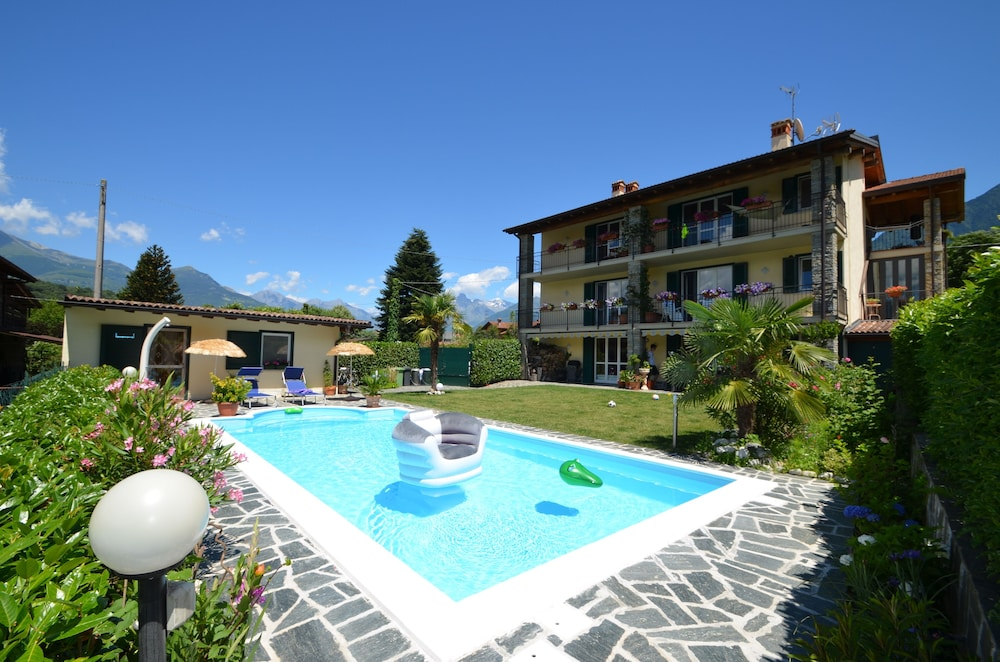 Tuin Open Haard : Lakefront huis met een groot zwembad meer tuin open haard