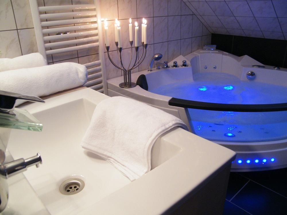 Vasche Da Bagno Nella Jacuzzi : Jacuzzi hot tub sauna fireplace privacy like being alone