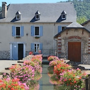 The Moulin D'arudy ***: Historic House on the Canal and its Wash-houses