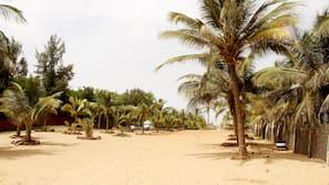 Ubicación cercana a la playa y tumbonas