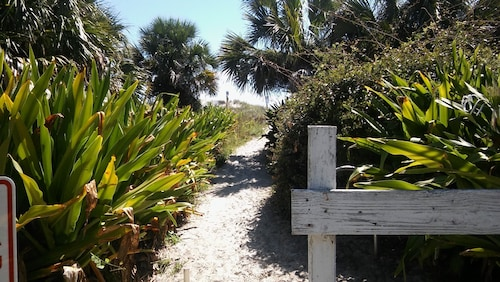 Walk to Beach! Short Drive to Old Town St Augustine! Close to Everything!