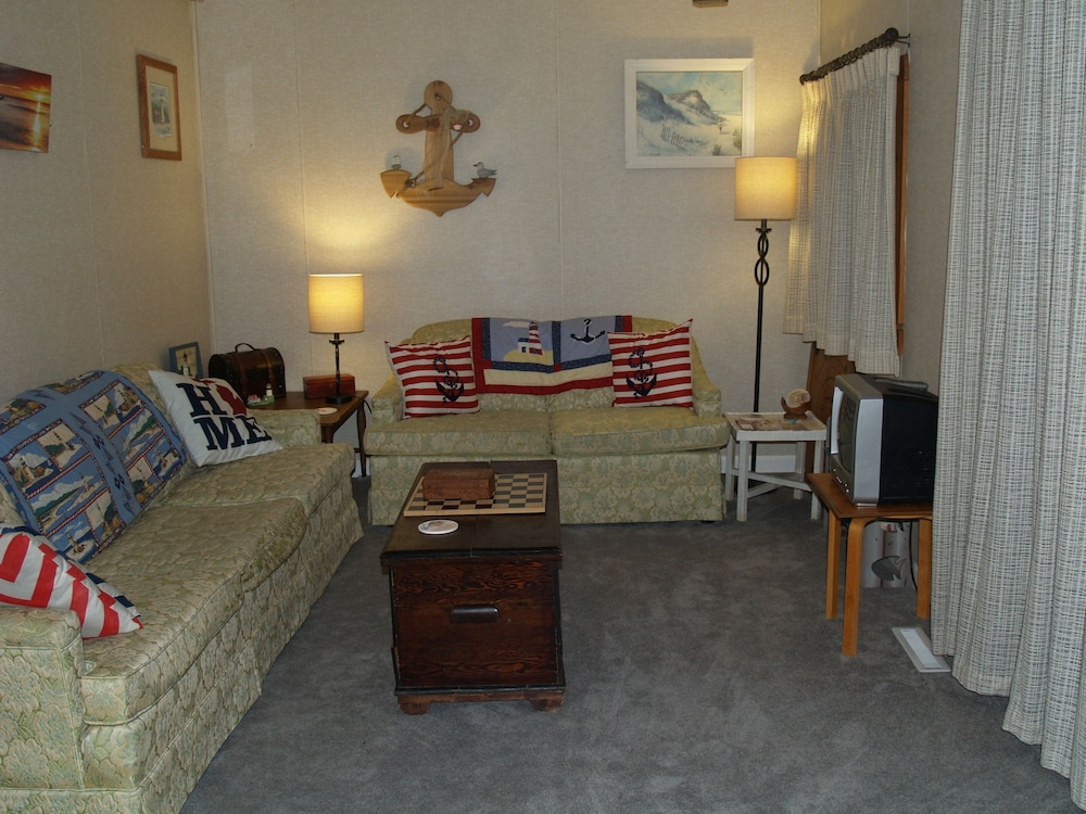 Living Room, King Bed! Wifi, Cable,2 min Walk to Hamlin Lake, S Bayou Park & Boat Ramp