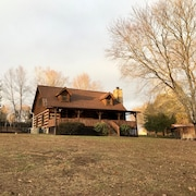Sleeps 8 ~ Cabin On The Creek ~ 7 Acres ~ New Listing - 1/2 Acre Fenced