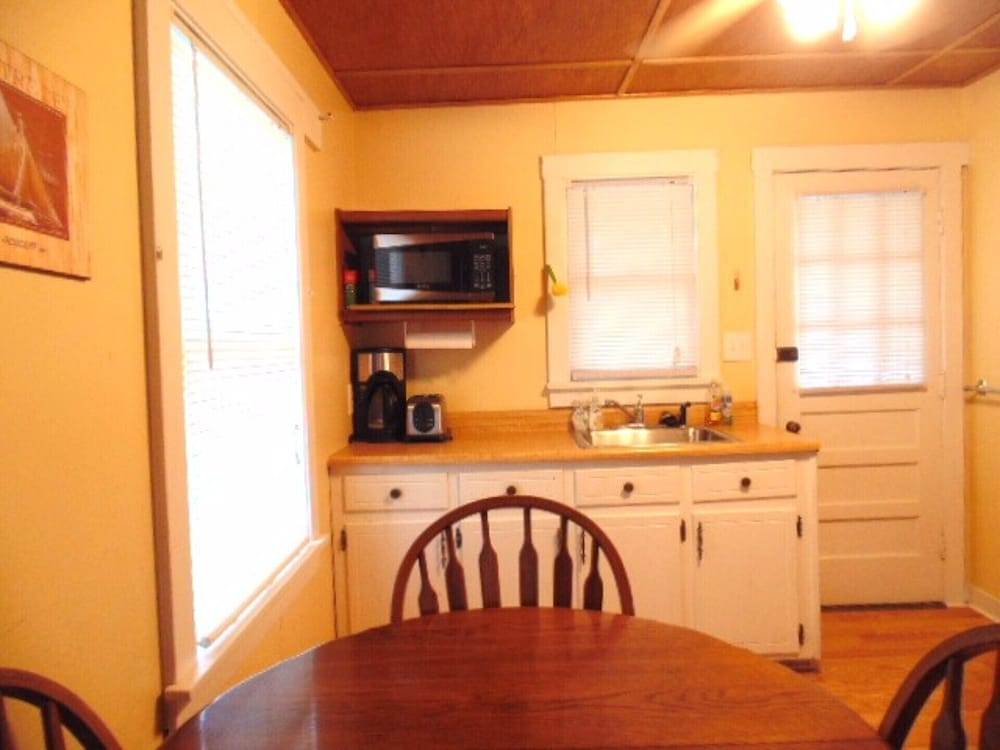 Private Kitchen, Marblehead Cottage #1 @ East Harbor, 100 Yards From Water, Free Boat Dock