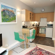 Sunny, Homely Flat Close to Transport Links & Attractions