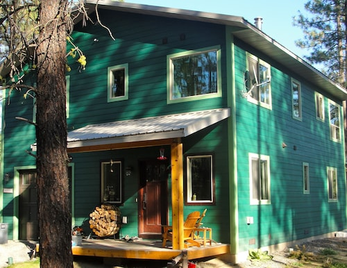 Summer is Filling Up. Book Now. Pet-friendly Columbia River Woodland Paradise