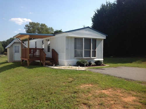 Cozy, Quiet Retreat Near Blue Ridge Parkway. 2 Bed, 1 Bath, Close to Downtown!
