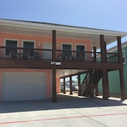 3 Bed/ 3 Bath - 2 Blocks From Beach!