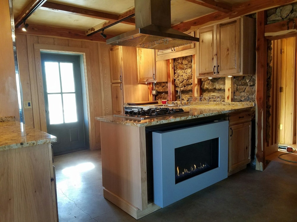 Private Kitchen, Bodenhammer Cabin - Mountain Home Arkansas