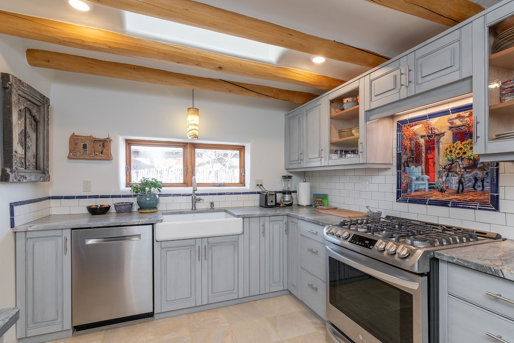 Private Kitchen,  WALK TO DOWNTOWN PLAZA, RAILYARD, AND CANYON ROAD.  HISTORIC ADOBE.