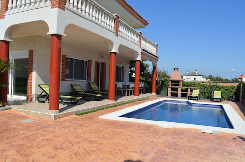 Large house, with pool, barbecue, garden, wifi 1500 meters from sandy beach
