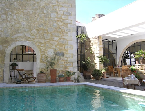 Villa in the Center of Maroulas With Internet, Pool, Air Conditioning, Terrace