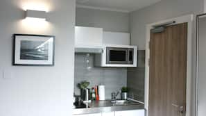 Großer Kühlschrank, Mikrowelle, Geschirrspüler