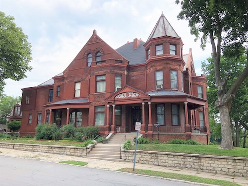 Great Place to stay Vineyard Mansion & Carriage House Bed & Breakfast near St. Joseph