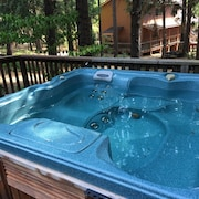 Comfy 70s Retro Cabin Six Person spa Flat lot Quiet Community Pool gym Open?