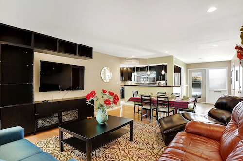 Expansive, Nob Hill Condo, 3 King Beds. New Kitchen & Bath, Eats & Drinks Close!