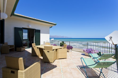 Dune Home, Beachfront Home With Three Bedrooms 9 PAX