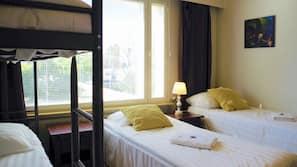Biancheria da letto di alta qualità, una scrivania, tende oscuranti