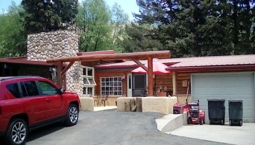 The Cascade Room is a Cozy Creekside Accommodation at the Base of Pikes Peak