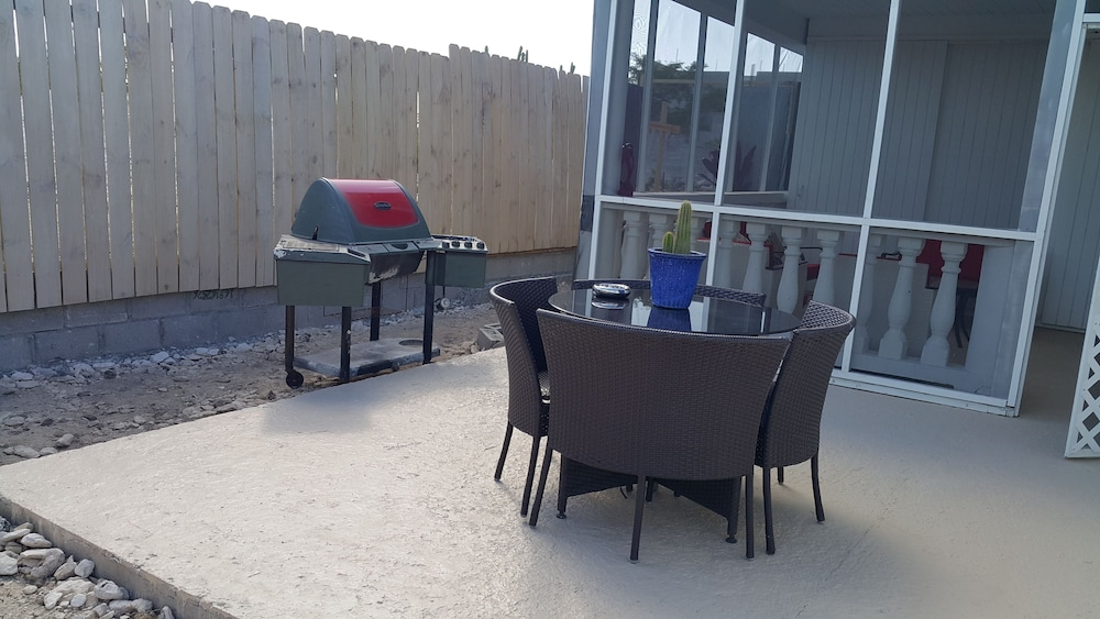 BBQ/Picnic Area, RED Clover With A CAR Spacious Clean House Very Close TO THE Beach