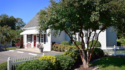 The Cary Cottage Private Sleeps 4 - Heart Of Downtown Cary, Eat Drink Play Shop