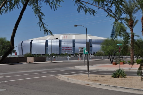 Great Place to stay Ultimate Stadium, Hockey, and Spring Trn Location! Walk to Everything near Glendale