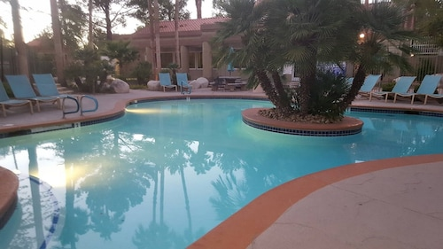 Quiet 2bed / 2bath Las Vegas Condo Located 4 Miles From Strip ~ Fully Furnished