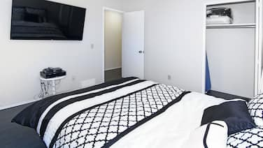 Roomy 7br, Sleeps 19+, 5mins to DT, Walk to Ctrain