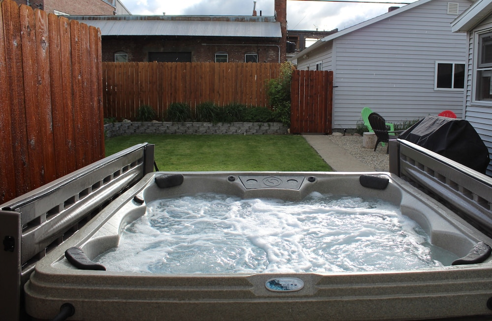 Walk In Hot Tub.Walk Everywhere Big Beds Hot Tub Private Fenced Yard