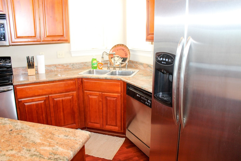 Private Kitchen, Upscale Beach Vacation. Walk to the beach/pool. Close to area attractions!