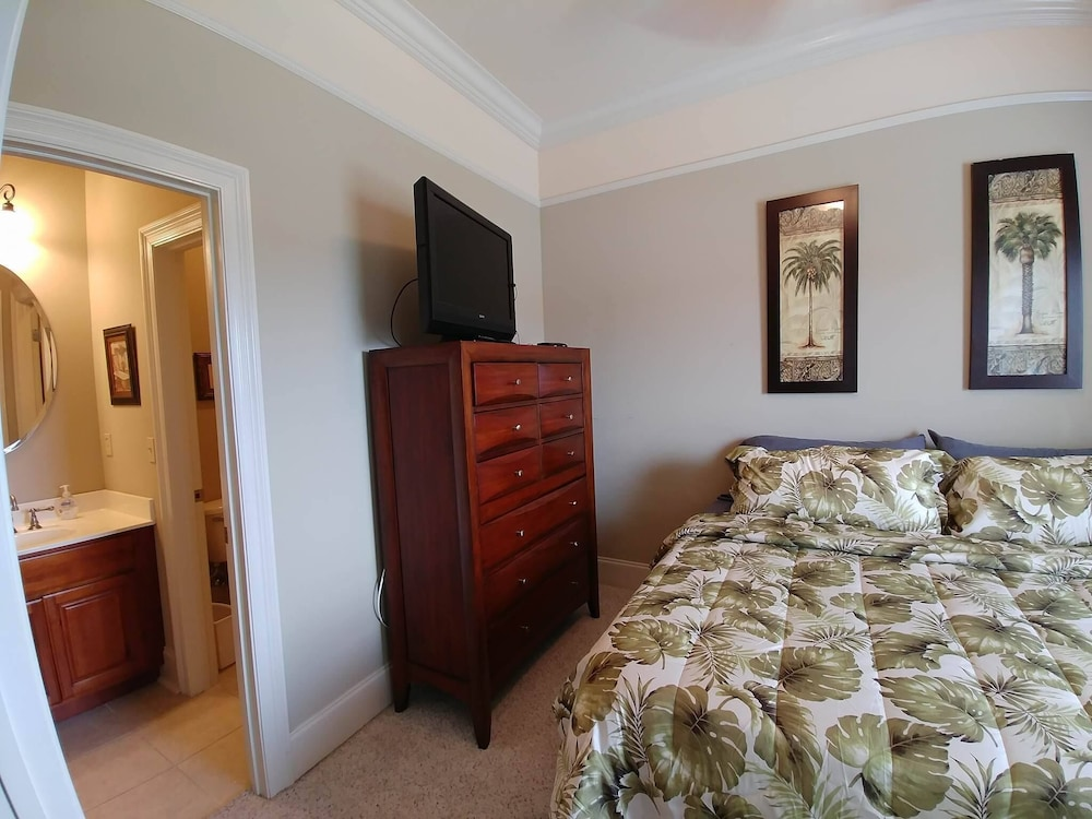 Room, Upscale Beach Vacation. Walk to the beach/pool. Close to area attractions!