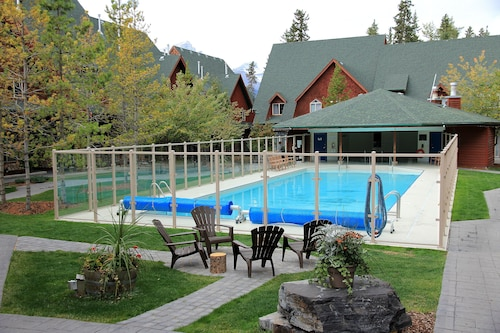 Luxury 2-storey Chalet, 2 Bedroom/2 Bathroom, Heated Outdoor Pool and hot tub