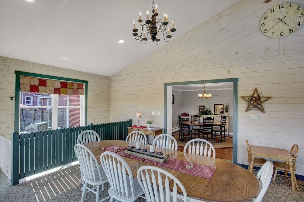 Private Kitchen, Country Land Guest House - Spacious and Great for Families to Relax!