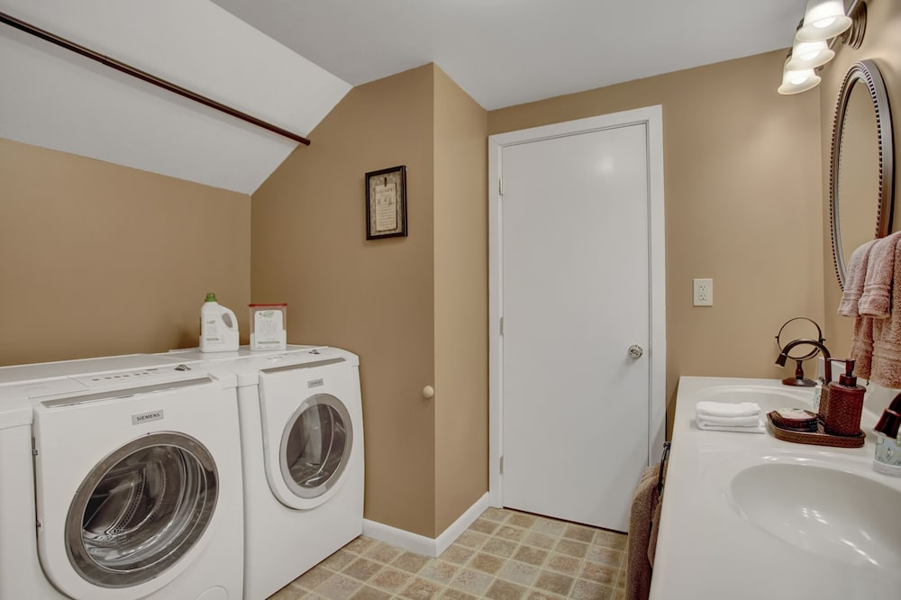Bathroom, Country Land Guest House - Spacious and Great for Families to Relax!