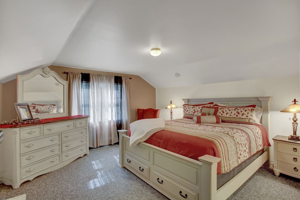 Room, Country Land Guest House - Spacious and Great for Families to Relax!