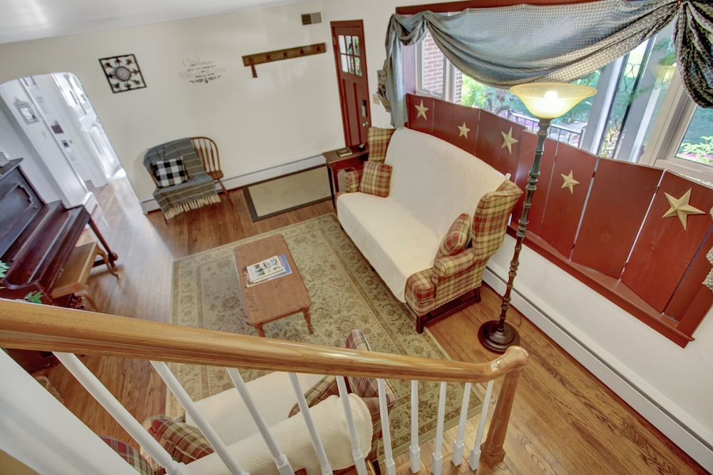 Living Room, Country Land Guest House - Spacious and Great for Families to Relax!